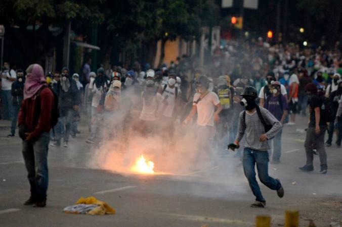 Resultado de imagen para guarimbas en venezuela chacao