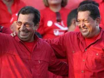 El actual gobernador del estado Barinas, Adán Chávez, junto a su hermano, el hoy físicamente desaparecido presidente de la República Bolivariana de Venezuela, Hugo Chávez.