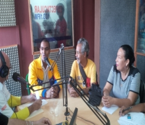 Reinaldo Escorcia interactuando con el equipo de la radi comunitaria Espectacular  103.1 FM