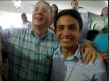 El ex presidente colombiano Álvaro Uribe Vélez, señalado de crear los grupos paramilitares, compartiendo en Colombia con el joven venezolano Lorent Gómez Saleh, vinculado a acciones terroristas contra Venezuela. y actualmente detenido ene este país