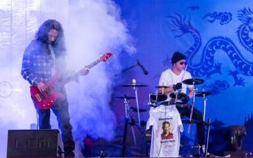 Acordes de guitarra y cadencia de batería en solidaridad con la Revolución