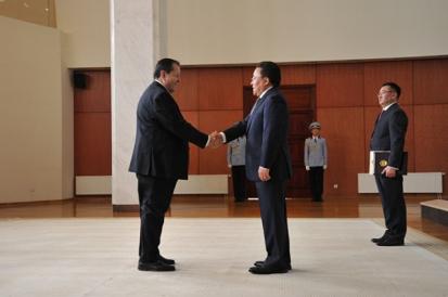 Momento del encuentro entre el Embajador, Iván Zerpa, con el Presidente de Mongolia, Tsakhiagiin Elbegdorj