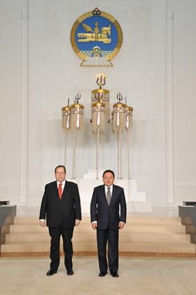 Embajador Zerpa y Presidente Elbegdorj, durante el acto diplomático
