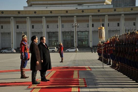 Con honores militares fue recibido en Ulán Bator el representante diplomático de la Patria de Bolívar