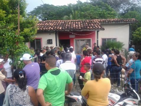 todos_los_vecinos_llegaron_a_la_casa_del_asesinado_omni_cuevasl