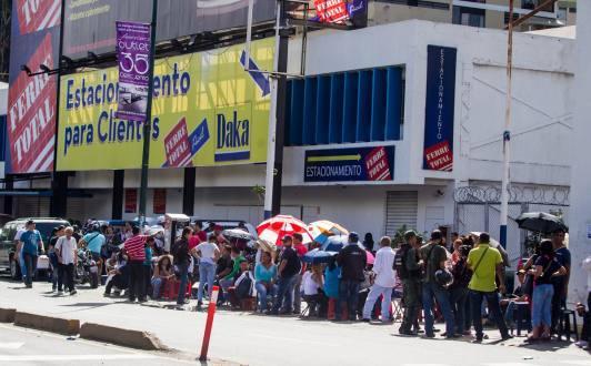 Largas-colas-se-mantienen-ante-tiendas-de-electrodom-sticos-en-Venezuela